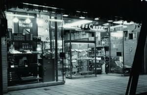 「昭和謄写堂」 を創立。